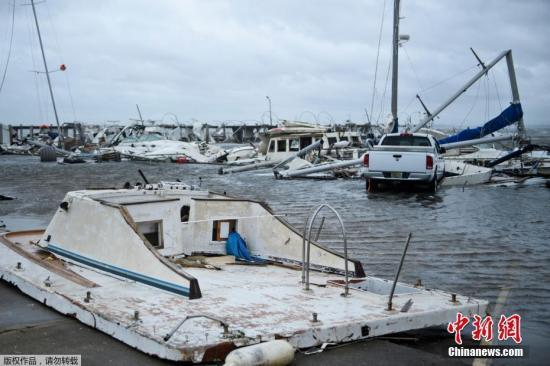 """美国墨西哥湾沿海城市圣乔港市市长博・帕特森说,树木被大风连根拔起。美国头条新闻频道电视画面显示,美国沿海地区的一条海边公路已被海水淹没。美国国家飓风中心表示,飓风""""迈克尔""""将给整个佛罗里达州狭长地带带去致命的风暴潮、暴风及强降雨。"""