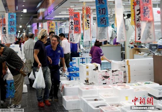 资料图:当地时间10月11日,位于日本东京都江东区的丰洲市场正式开张营业。丰洲市场里也将进驻餐饮店及商店,普通民众可从13日起开始使用。据悉,在筑地曾备受欢迎的金枪鱼批发场竞拍参观,将从2019年1月15日开始举行。