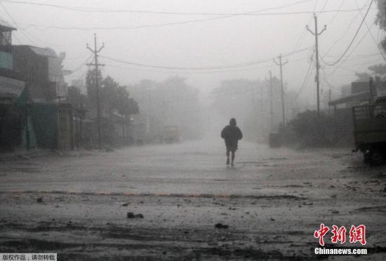 """当地时间10月11日,气旋风暴""""提特里""""(Titli)横扫印度东部奥里萨邦地区,引发狂风暴雨。据外媒报道,""""提特里""""的风力在孟加拉湾上空加强,成为""""非常严重的气旋风暴"""",于11日上午在印度东岸的戈巴尔布尔登陆。印度东部沿海的奥里萨邦政府10日已从五个沿岸地区疏散了30多万人,并下令关闭当地的学校和托儿中心,同时提醒渔民不要出海。"""