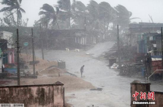 """资料图:气旋风暴""""提特里""""(Titli)横扫印度东部奥里萨邦地区,引发狂风暴雨。"""