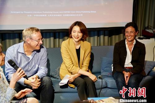 """当地时间10月10日晚, 董卿(中)与中国作家麦家在于全球最大的法兰克福书展期间举办的""""《朗读者》与文学传播""""讨论会上,同来自德国的出版界人士畅谈阅读在中德两国文化交流中所发挥的作用。<a target='_blank' href='http://www.chinanews.com/'>中新社</a>记者 彭大伟 摄"""