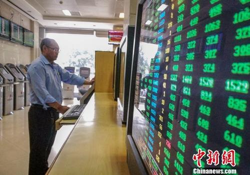 10月11日,海口某证券公司营业部的股民关注股市动态。截至当日收盘:沪指报2583.46点,跌5.22%,成交额1701亿元(人民币,下同);深指报7524.09点,跌6.07%,成交额1885.63亿元;创业板指数报1261.88点,跌6.30%。<a target='_blank' href='http://www.chinanews.com/'>中新社</a>记者 骆云飞 摄