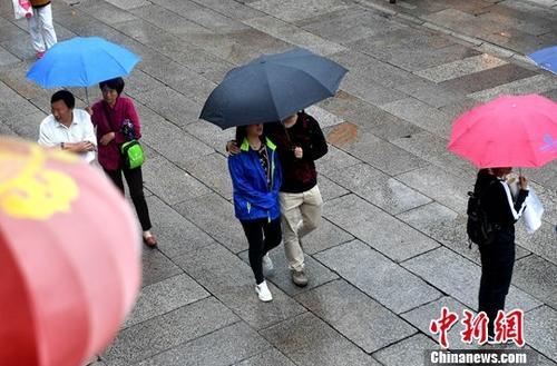 资料图:雨中的行人。<a target='_blank' href='http://www.chinanews.com/'>中新社</a>记者 吕明 摄