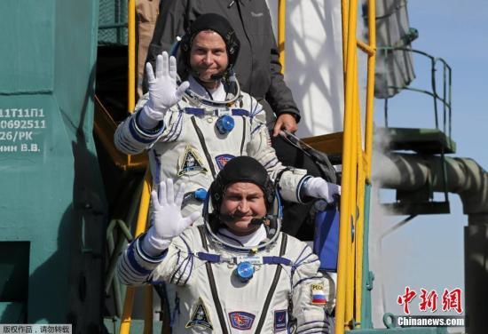 俄国宇航员阿列克谢・奥夫奇宁和美国宇航员尼克・黑格原计划在国际空间站驻守约半年。图为发射之前,两位宇航员亮相发射场。