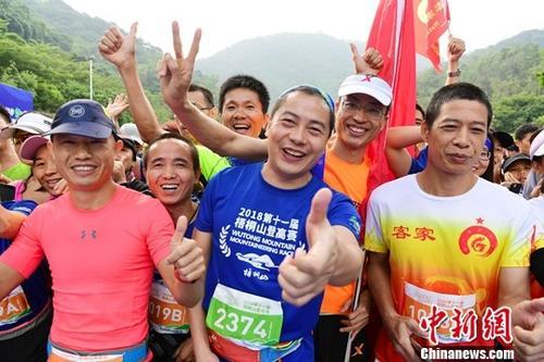 资料图:享受登高徒步乐趣的参赛者。<a target='_blank' href='http://www.chinanews.com/'>中新社</a>记者 陈文 摄