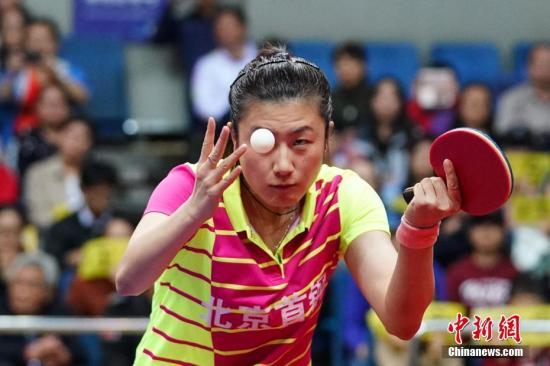 10月13日,2018-2019中国乒乓球俱乐部超级联赛进行女团第二轮争夺。北京首钢队主场迎战四川穹窿。丁宁虽在单打比赛中不敌小将郭艳,但北京首钢最终还是以3-1的比分取得新赛季两连胜。图为丁宁在比赛中。中新社记者 崔楠 摄