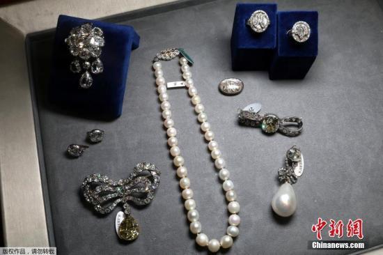 当地时间11月14日,法国王后玛丽•安托瓦内特的珠宝首饰在苏富比日内瓦拍卖行拍出4270万美元高价。
