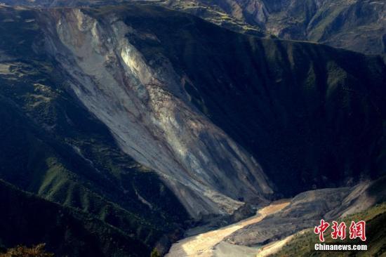 资料图:空中俯瞰金沙江堰塞湖。钟欣 摄