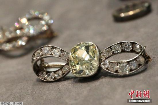 当地时间10月12日,美国纽约,法国皇后玛丽・安托瓦内特生前佩戴的珠宝――包珍珠和钻石吊坠在纽约苏富比拍卖行展出。这些属于波旁帕尔玛家族的贵族珠宝将于11月14日拍卖。