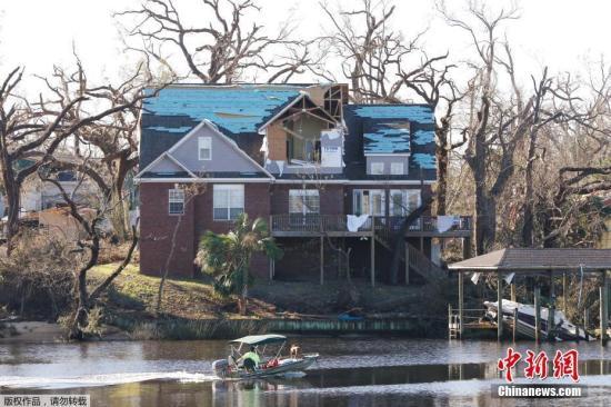 """飓风""""迈克尔""""袭击佛罗里达州墨西哥湾,灾区一片狼藉。"""