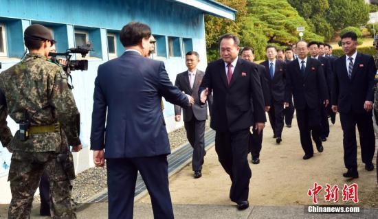 """10月15日,韩朝举行高级别会谈,商定将于11月末或12月初举行铁路、公路对接等项目开工仪式。韩、朝双方代表团抵达板门店。<a target='_blank' href='http://www-chinanews-com.yangliufriends.com/'>中新社</a>发 """"联合采访团""""供图"""