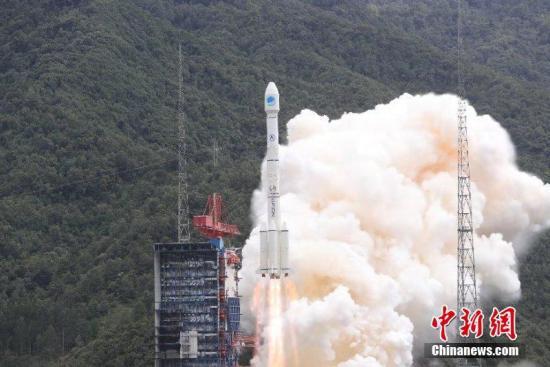 """中国""""一箭双星""""成功发射两颗北斗全球导航卫星。 梁珂岩 摄"""