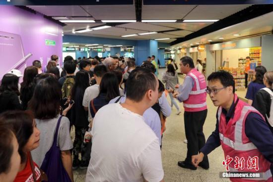 10月16日上午,由于香港港铁信号系统故障,港铁荃湾线,观塘线及港岛线列车需要减慢车速行驶,服务大受影响。港铁九龙塘站实施人流管制措施,大批上班市民受到影响,地铁站场面十分拥挤。<a target='_blank' href='http://www-chinanews-com.min-steel.com/'>中新社</a>记者 谢光磊 摄