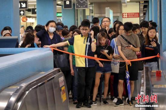 港铁九龙塘站实施人流管制措施,大批上班市民受到影响,地铁站场面十分拥挤。<a target='_blank' href='http://www-chinanews-com.min-steel.com/'>中新社</a>记者 谢光磊 摄