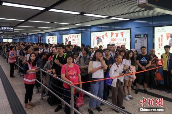 资料图:港铁九龙塘站实施人流管制措施,大批上班市民受到影响,地铁站场面十分拥挤。<a target='_blank' href='http://www-chinanews-com.dmrencai.com/'>中新社</a>记者 谢光磊 摄