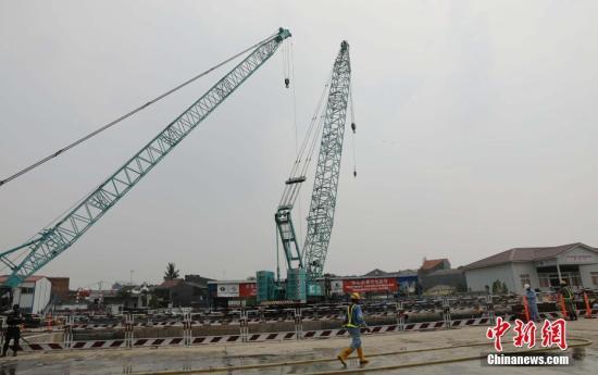 10月17日,在印尼雅加达雅万高铁1号隧道建设现场,中国铁路国际有限公司董事长杨忠民代表雅万高铁中方企业联合体,向印度尼西亚红十字会捐款2.4亿印尼盾,用于印尼中苏拉威西省地震海啸灾区援助。图为雅万高铁1号隧道建设现场。<a target='_blank' href='http://www-chinanews-com.wangoushangcheng.com/'>中新社</a>记者 林永传 摄