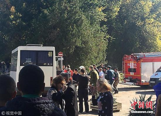 当地时间10月17日,俄罗斯克里米亚东部刻赤技术学校内发生剧烈爆炸,已致至少13死50伤。爆炸发生后,救援人员即刻赶到现场,目前受伤人员已被送往医院。据报道,俄调查人员表示,当天发生在克里米亚的爆炸疑似为恐怖袭击。图片来源:视觉中国