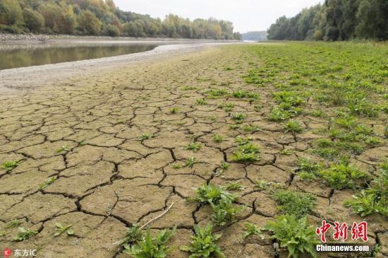 资料图:因干旱而龟裂的土地 图片来源:东方ic 版权作品 请勿转载