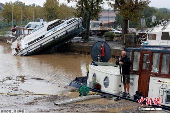 资料图:法国暴雨引发突发性水灾,现场一片狼藉。