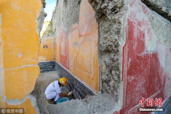 当地时间2018年10月16日,意大利庞贝古城,考古学家在庞贝古城Regio V区新的挖掘点进行工作。图片来源:视觉中国