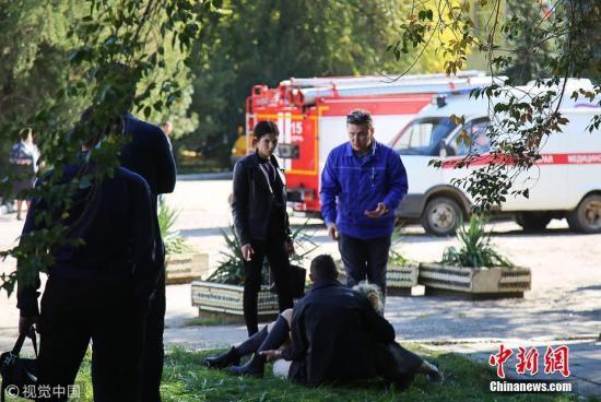 当地时间10月17日,俄罗斯克里米亚东部刻赤技术学校内发生爆炸。爆炸发生后,救援人员即刻赶到现场,目前受伤人员已被送往医院。图片来源:视觉中国