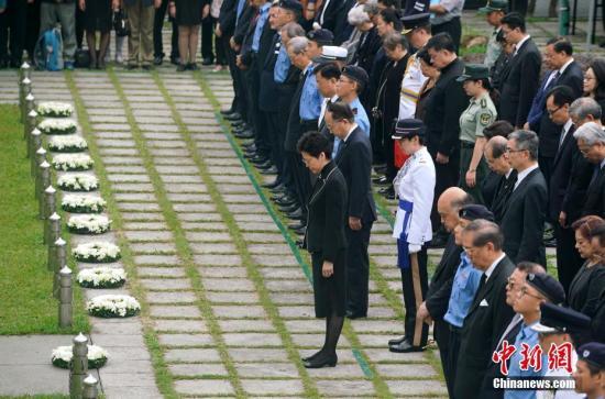 10月17日是重阳节,香港特区政府在香港大会堂纪念花园举行仪式,悼念于1941年至1945年香港沦陷期间为保卫香港而捐躯的人士。图为各界人士默哀。<a target='_blank' href='http://www-chinanews-com.ls-1688.com/'>中新社</a>记者 张炜 摄