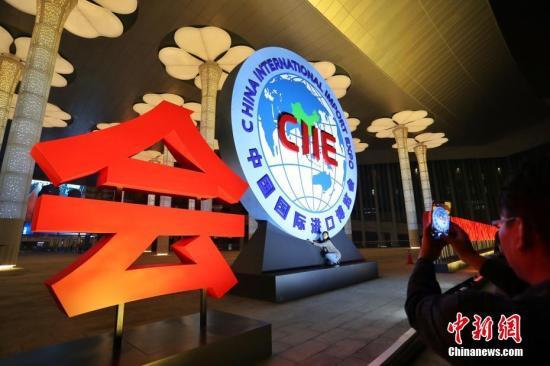 """国家会展中心(上海)中央台阶上的24根立柱分别以红、蓝、黄、绿四组灯光交替变幻,展现""""进博会""""主体LOGO,整体效果简洁大气。 中新社记者 张亨伟 摄"""