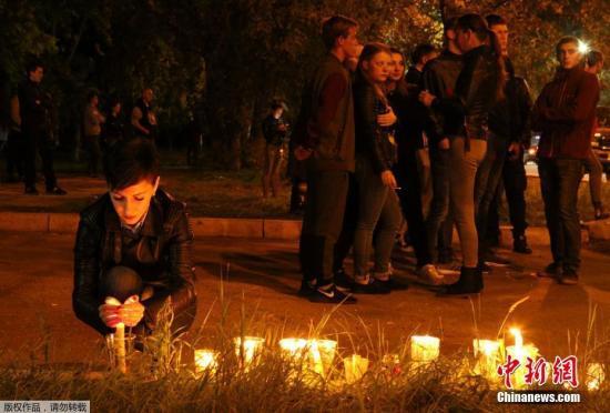据俄罗斯卫星新闻网消息,当地时间10月17日,克里米亚共和国刻赤市的一所理工职业技术学校发生爆炸。事件造成19人死亡,约50人受伤。克里米亚紧急指挥部代表表示,工作人员在刻赤市理工职业技术学校爆炸事件嫌疑肇事者的个人物品中发现第2个爆炸装置,目前炸弹已经被解除。