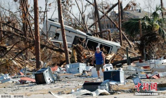 """贝县是美国遭受""""迈克尔""""飓风灾害最严重地区。本月10日,""""迈克尔""""以接近五级飓风的每小时250公里风速登陆贝县境内的""""墨西哥滩"""",狂风所至,房倒树折,遍地瓦砾。 文字来源:新华网"""