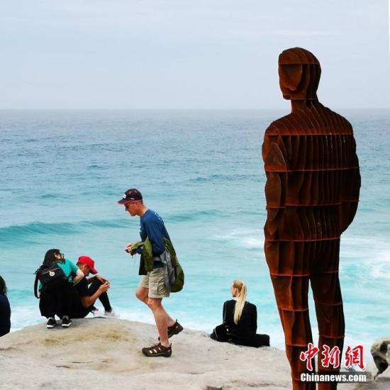 10月18日,第22届澳大利亚邦迪海滩雕塑展在悉尼邦迪海滩开幕。图为雕塑作品吸引参观者。<a target='_blank' href='http://www-chinanews-com.sclyjg.com/'>中新社</a>发 王睿 摄