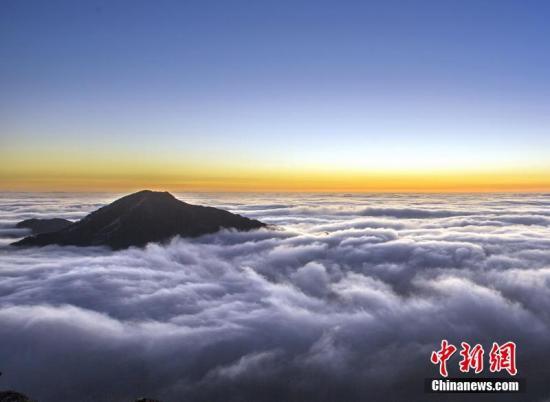 """近日,由于天气变化,位于广东清远连山县的金子山出现云海美景。据悉,金子山海拔1417米,为广东第八高峰,因其高、险、峻、陡等特征被游客称为""""南粤小华山""""。程景伟 摄"""