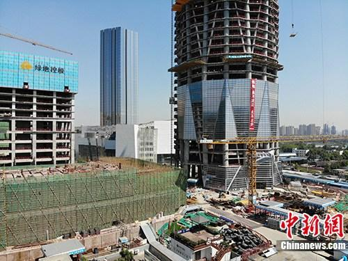 10月19日,中国国家统计局发布数据显示,2018年1-9月份,中国房地产开发投资88665亿元人民币,同比增长9.9%,增速比1-8月份回落0.2个百分点。其中,住宅投资62806亿元人民币,增长14.0%,增速回落0.1个百分点。住宅投资占房地产开发投资的比重为70.8%。资料图为成都某在建楼盘。<a target='_blank' href='http://www-chinanews-com.admin987.com/'>中新社</a>记者 张浪 摄