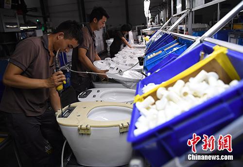 资料图:工人在福建省南安市九牧厨卫生产车间内作业。<a target='_blank' href='http://www-chinanews-com.liqunhuojia.com/'>中新社</a>记者 张斌 摄