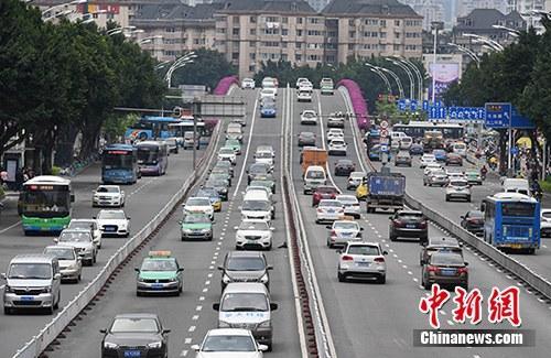 资料图:行驶在路上的机动车。a target='_blank' href='http://www.chinanews.com/'中新社/a记者 张斌 摄