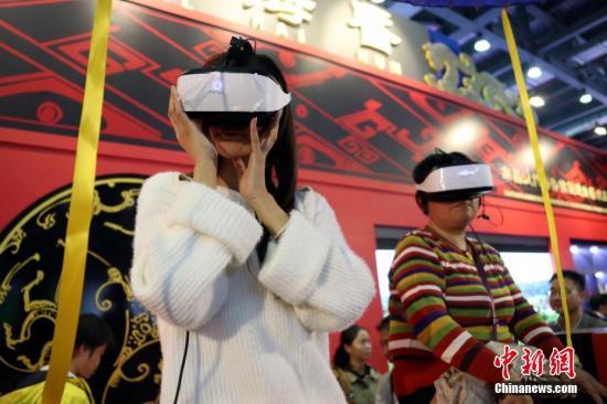 市民体验VR影片。刘占昆 摄
