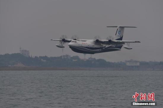 """""""鲲龙""""AG600平稳飞行。 熊东东 摄"""