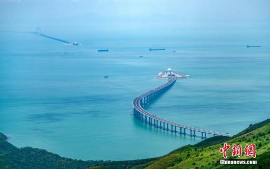 图为从香港大屿山远眺港珠澳大桥香港连接线与东人工岛。<a target='_blank' href='http://www.chinanews.com/'>中新社</a>记者 张炜 摄