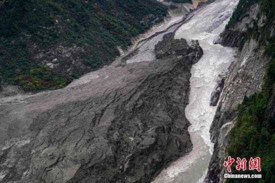 10月20日,西藏雅鲁藏布江堰塞湖自然过流。<a target='_blank' href='http://www-chinanews-com.chaoshanbao.com/'>中新社</a>发 钟欣 摄