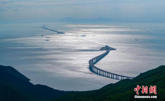 图为从香港大屿山远眺港珠澳大桥,主桥和香港连接线犹如两条巨龙遥相呼应。中新社记者 张炜 摄