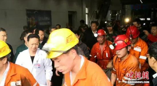 1名被困人员成功升井获救。中新社记者 梁犇 摄