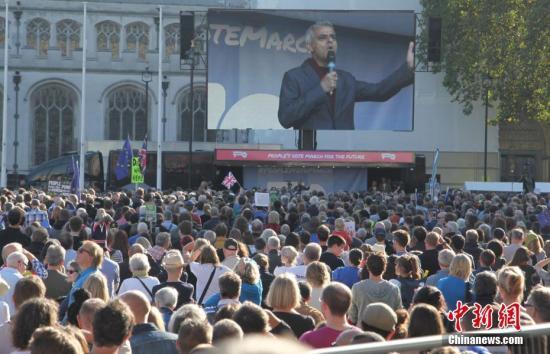 10月20日,67万英国民众汇集在伦敦议会广场举行示威游行活动,呼吁对英国脱欧最终协议举行全民投票。图为伦敦市长萨迪克·汗(Sadiq Khan)在议会广场上向示威游行队伍发表演讲。中新社记者 张平 摄