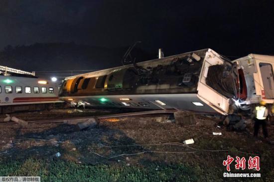 资料图:10月21日拍摄的列车出轨翻覆事故现场。