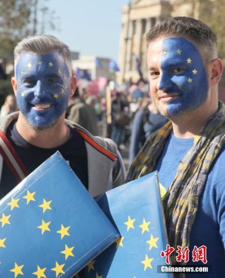 資料圖:當地時間2018年10月20日,67萬英國民眾匯集在倫敦議會廣場舉行示威游行活動,呼吁對英國脫歐最終協議舉行全民投票。<a target='_blank' href='http://www.thelovelycouture.com/'>中新社</a>記者 張平 攝