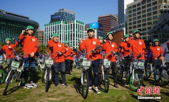"""10月21日,2018第六届""""首尔・中国日""""在首尔举行,一系列中国传统文化体验活动纷纷亮相。图为中韩青年学生们共同在首尔市区骑行。<a target='_blank' href='http://www-chinanews-com.changxiangair.com/'>中新社</a>记者 曾鼐 摄"""