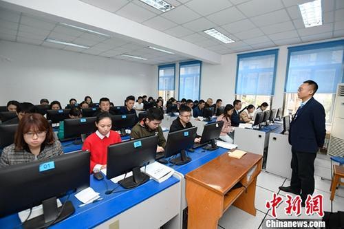 10月20日,首次国家法律职业资格考试圆满结束。四川共有8297人参加主观题考试,其中3866人参加机考,4431人参加纸笔化考试。图为考试现场。中新社记者 安源 摄