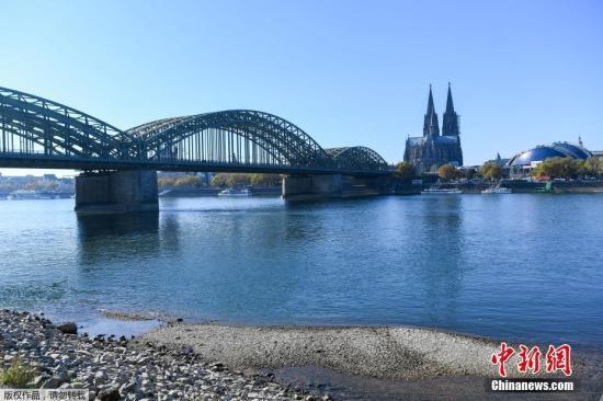 当地时间2018年10月21日,德国科隆,干涸的莱茵河河床。由于持续高温和干旱,莱茵河水量已经达到历史最低水平,严重影响了这条欧洲重要航道的日常运营。