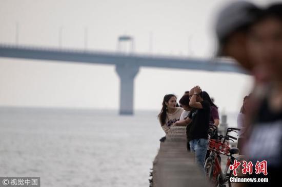 10月22日,广东珠海,即将通车的港珠澳大桥。港珠澳大桥将于10月24日通车,跨越伶仃洋,在香港、珠海和澳门三地之间架起一条直接陆路的通道。港珠澳大桥香港段由东端的香港口岸人工岛和向西连接大桥主体的12公里香港接线组成,是这一超级跨海通道的重要组成部分。图片来源:视觉中国