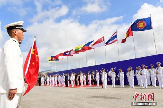 """10月22日上午,中国―东盟""""海上联演―2018""""在湛江某军港开幕,中国和东盟10国(文莱、柬埔寨、印度尼西亚、老挝、马来西亚、缅甸、菲律宾、新加坡、泰国、越南)均以派出舰艇或观察员的形式参加联演。图为中国―东盟""""海上联演―2018""""开幕式。<a target='_blank' href='http://www-chinanews-com.pudonggongsi.com/'>中新社</a>记者 陈文 摄"""
