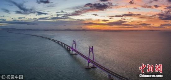 亮灯后的港珠澳大桥跨立在伶仃洋上。张由琼 摄 图片来源:视觉中国