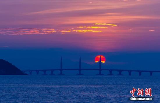 一轮红日从东方冉冉升起,将港珠澳大桥映射得格外迷人。<a target='_blank' href='http://www-chinanews-com.gpzbosgj.com/'>中新社</a>记者 张炜 摄